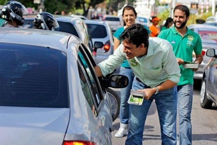 1.ago.2012 - O candidato do PSDB à Prefeitura do Recife, Daniel Coelho, faz panfletagem na avenida Rui Barbosa, zona norte da capital pernambucana, durante a manhã desta quarta-feira