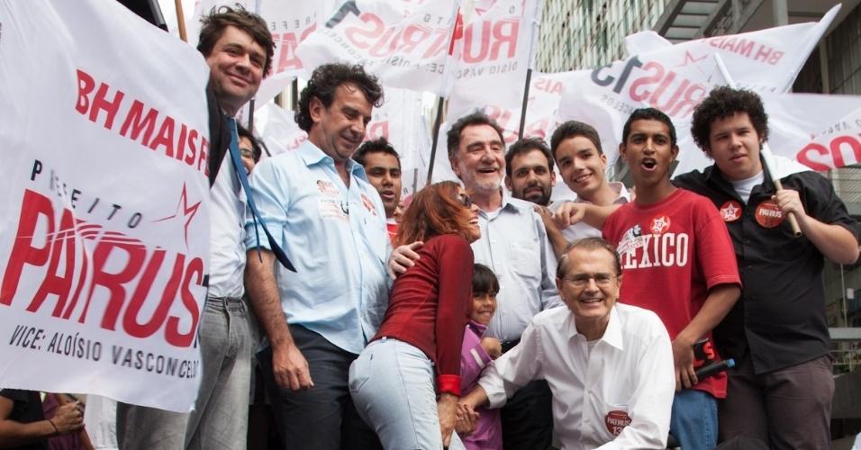 1.ago.2012 - O candidato do PT à Prefeitura de Belo Horizonte, Patrus Ananias, se reuniu com grupo de jovens do PT, PCdoB, PMDB, UNE, UBS, UCMG e MST, na praça Sete, no centro da cidade