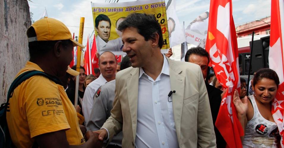 1.ago.2012 - O candidato do PT à Prefeitura de São Paulo, Fernando Haddad, fez caminhada no bairro do Piraporinha, na zona sul da cidade, nesta quinta-feira