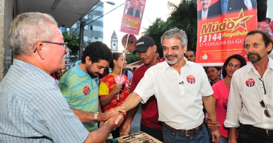 1.ago.2012 - O candidato do PT à Prefeitura do Recife, Humberto Costa, fez caminhada nas ruas do bairro de Santo Antônio, na área central da cidade, acompanhado de militantes