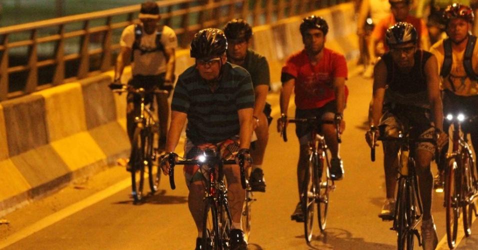 """31.jul.2012 - Arthur Virgílio (de camisa listrada), candidato do PSDB à Prefeitura de Manaus, anda de bicicleta pelas ruas da capital amazonense com ciclistas do movimento """"Pedala Manaus"""""""