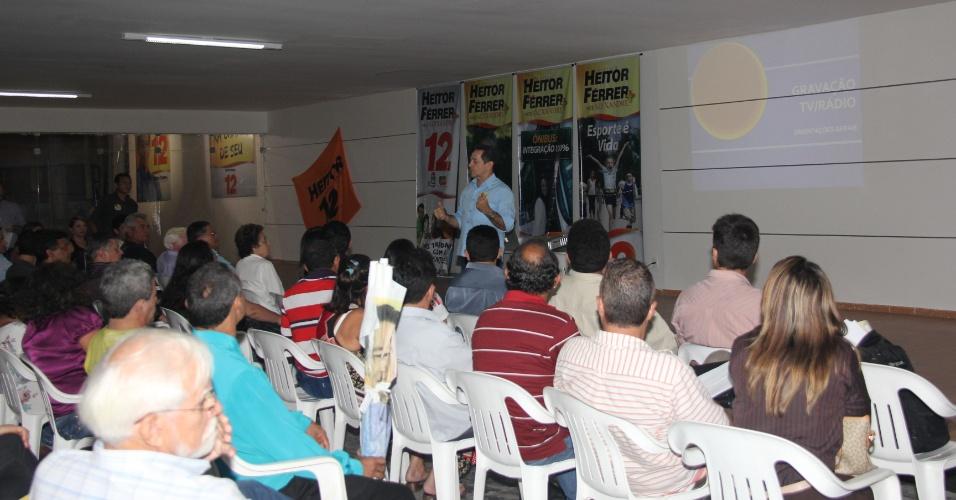 31.jul.2012 - Heitor Férrer, candidato do PDT à Prefeitura de Fortaleza, se reuniu na noite desta terça-feira com os candidatos a vereador da sua coligação para definir estratégias para o horário eleitoral gratuito