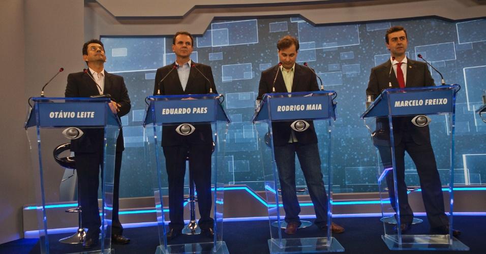 2.ago.2012  - RIO DE JANEIRO - Os quatro candidatos à Prefeitura do Rio de Janeiro já posicionados na bancada do debate da TV Bandeirantes