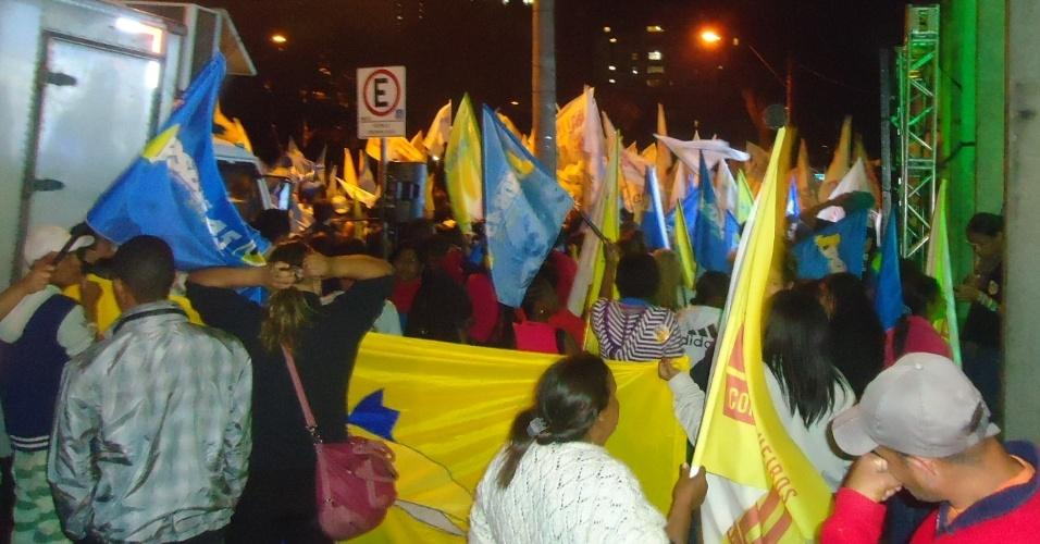 2.AGO.2012 - BELO HORIZONTE: A Policia Militar tenta retirar cerca de 800 manifestantes que ocupam as quatro pistas da avenida João Pinheiro, próximo à Prefeitura Municipal, que aguardam o debate da TV Bandeirantes