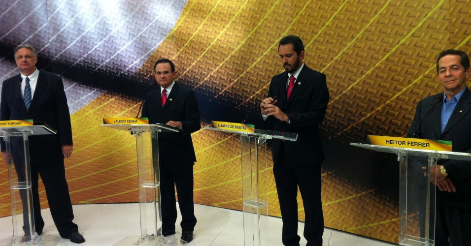 2.ago.2012 - FORTALEZA: Os candidatos à prefeitura Moroni Torgan (DEM), Valdeci Cunha (PRTB), Elmano de Freitas (PT) e Heitor Férrer (PDT) (da esq. para a dir.) posicionados no estúdio da TV Bandeirantes