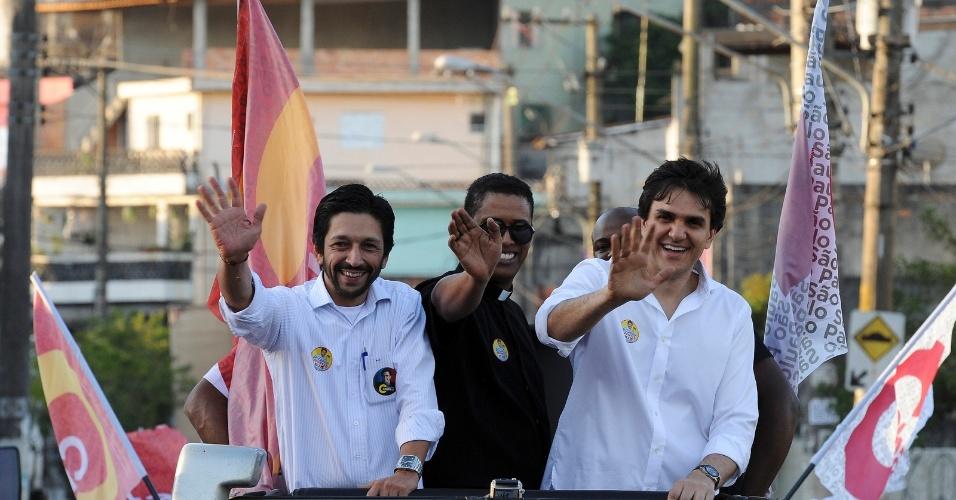 2.ago.2012 - Gabriel Chalita (à dir.), candidato do PMDB à Prefeitura de São Paulo, faz carreata pelo bairro de Pedreira, na zona sul da capital paulista