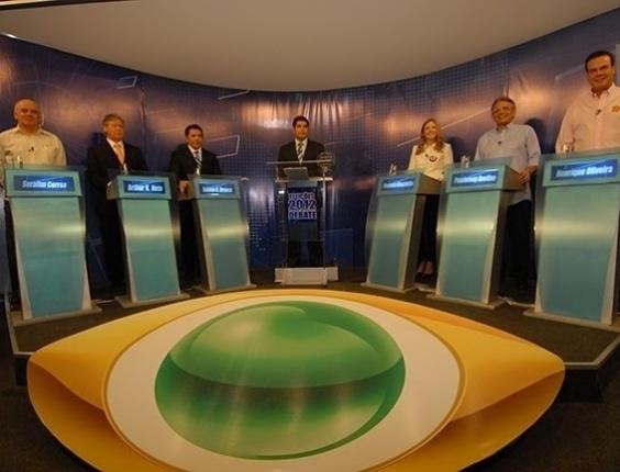 2.ago.2012 - MANAUS - Os candidatos Serafim Côrrea (PSB), Arthur Virgílio Neto (PSDB), Sabino Castelo Branco (PTB), Vanessa Grazziotin (PC do B), Pauderney Avelino (DEM) e Henrique Oliveira (PR) posicionados na sala de debate da TV Bandeirantes, criticam a atual gestão da cidade