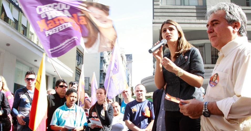 2.ago.2012 - Manuela D'Ávila, candidata do PC do B à Prefeitura de Porto Alegre, discursa para eleitores na esquina democrática, no centro de Porto Alegre