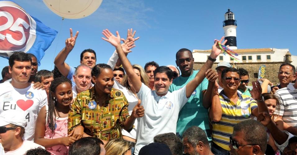 2.ago.2012 - O candidato do DEM à Prefeitura de Salvador, ACM Neto (de camisa branca), reuniu sua equipe para fazer um balanço do primeiro mês de campanha na sede do DEM na capital baiana
