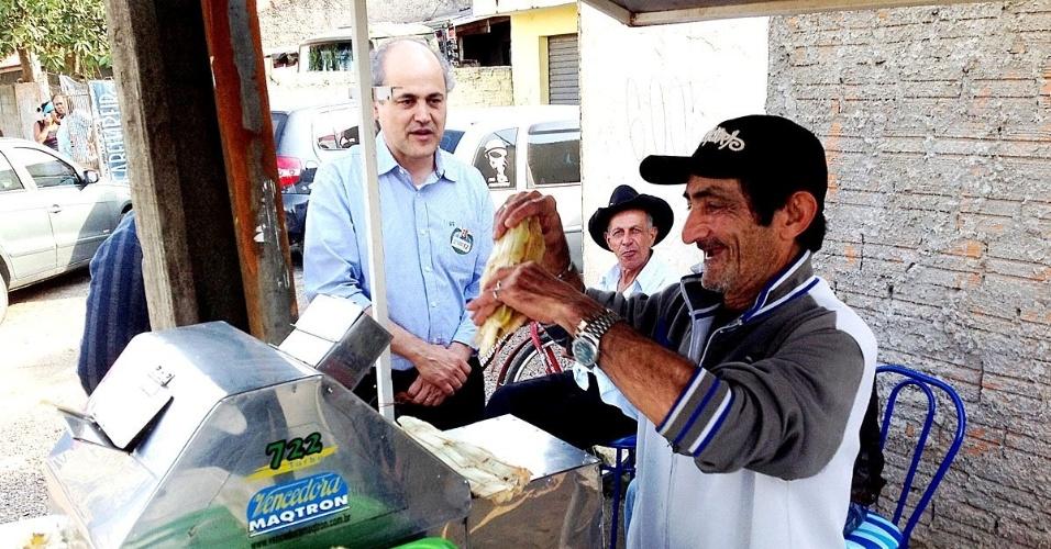 2.ago.2012 - O candidato do PDT à Prefeitura de Curitiba, Gustavo Fruet, fez caminhada nesta quinta-feira pelo bairro de Uberaba de Cima, onde conversou com os comerciantes locais