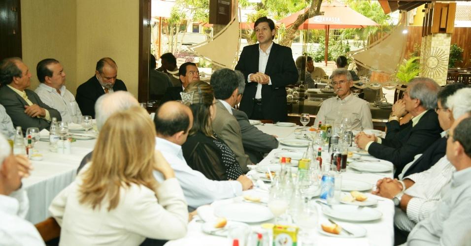2.ago.2012 - O candidato do PSB à Prefeitura do Recife, Geraldo Julio (em pé), participou nesta quinta-feira de almoço com empresários ligados a Fecomércio