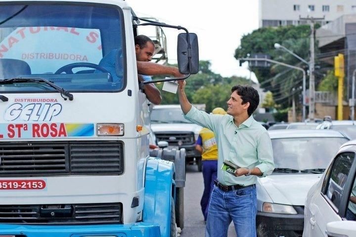 2.ago.2012 - O candidato do PSDB à Prefeitura do Recife, Daniel Coelho (à dir.), faz panfletagem no bairro da Ilha do Leite, região leste da capital pernambucana