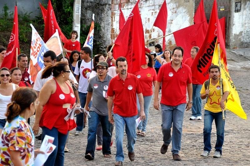 2.ago.2012 - O candidato do PT à Prefeitura de Natal, Fernando Mineiro (centro), participa de caminhada pelo bairro Vila de Ponta Negra, na zona sul da capital potiguar