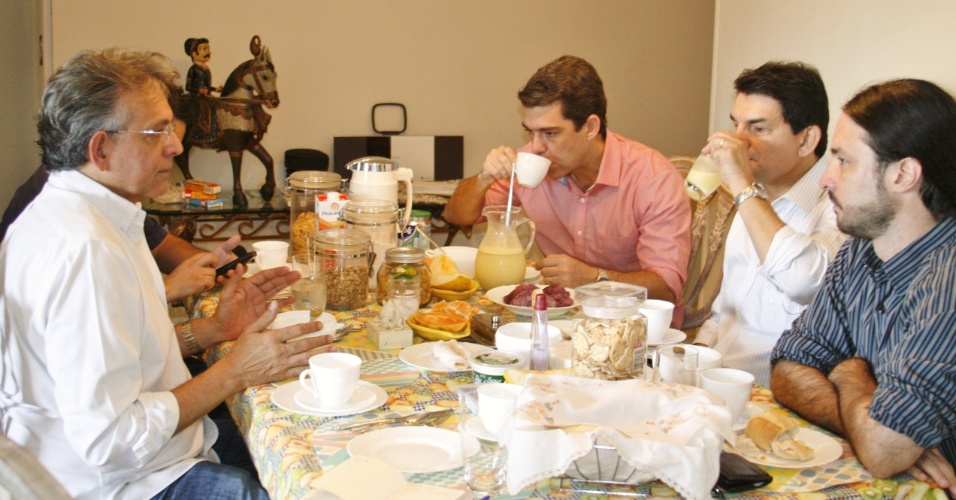 """2.ago.2012 - Pauderney Avelino (à esq.), candidato do DEM à Prefeitura de Manaus, toma café da manhã com arquitetos e urbanistas para conversar sobre o seminário """"Manaus do Amanhã"""", que será realizado nesta sexta-feira (3), e é organizado pelo candidato"""