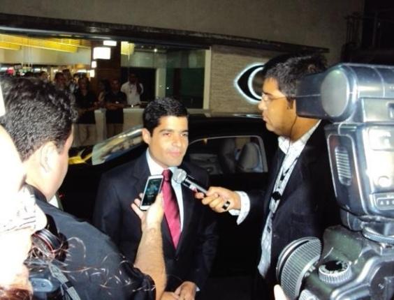 2.ago.2012 - SALVADOR: O candidato do DEM à Prefeitura da cidade é abordado por jornalistas ao chegar ao debate do TV Bandeirantes