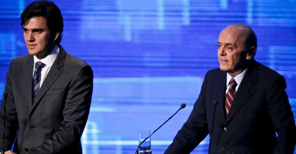 2.ago.2012 - SÃO PAULO - O candidato do PSDB à Prefeitura de São Paulo, José Serra, aborda pontos de sua administração em São Paulo durante o debate; ao lado está ao candidato Gabriel Chalita (PMDB)