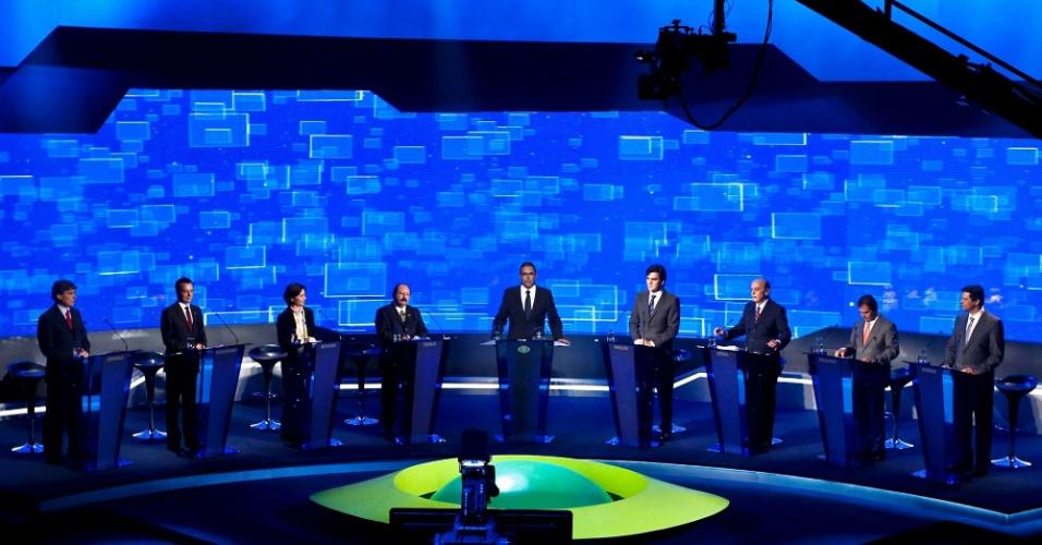2.ago.2012 - SÃO PAULO - Os candidatos à Prefeitura de São Paulo já posicionados no estúdio da TV Bandeirantes