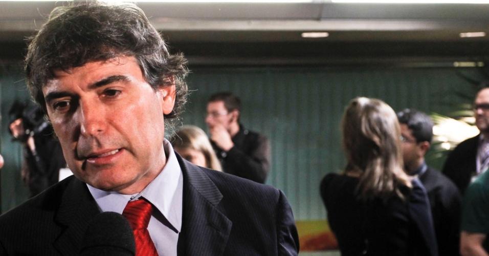 2.ago.2012 - SÃO PAULO: O candidato do PSOL à Prefeitura de São Paulo, Carlos Gianazzi, concede entrevista na chegada aos estúdios da TV Bandeirantes antes do começo do debate