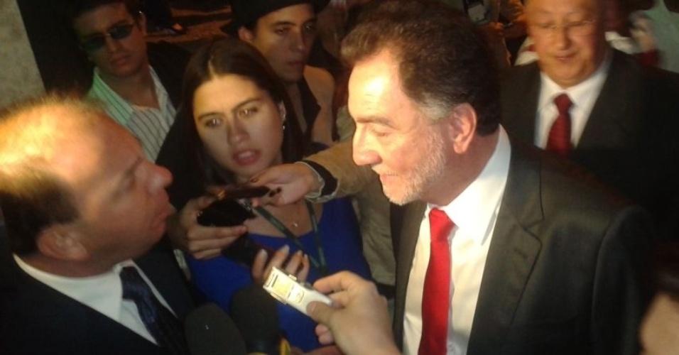 2.ago.2012- BELO HORIZONTE: O candidato do PT à Prefeitura da cidade, Patrus Ananias, fala com jornalistas ao chegar ao debate promovido pela TV Bandeirantes