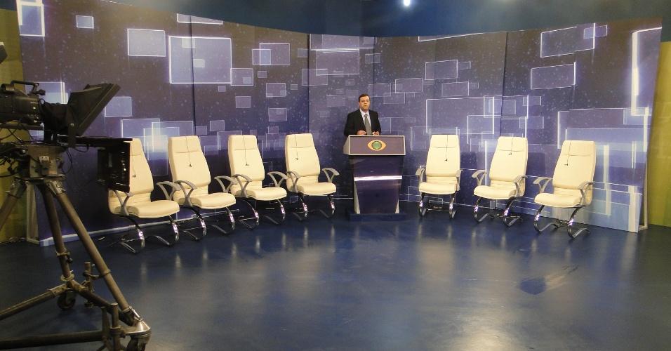 2.ago.2012 PORTO ALEGRE: O apresentador Oziris Marins (ao centro) testa o áudio do cenário do debate político que será transmitido pela TV Bandeirantes na cidade, a partir das 22h
