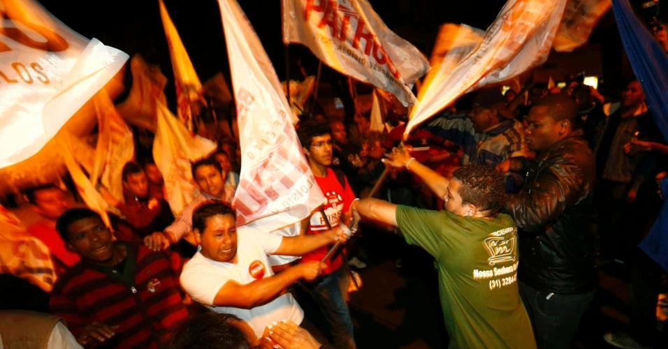 3.ago.2012 - Militantes petistas e do PSB/PSDB trocaram empurrões e bandeiradas antes do começo do debate da Band