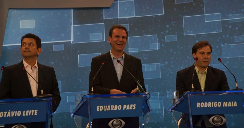 2.ago.2012 - RIO DE JANEIRO - O candidato do PMDB à reeleição para a prefeitura da cidade, Eduardo Paes, mostra descontração ao lado dos adversários Otávio Leite (PSDB) e Rodrigo Maia (DEM), durante o debate