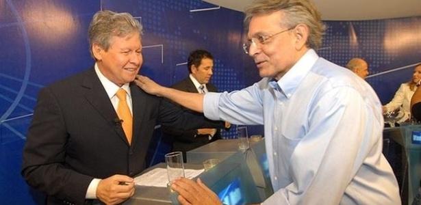 2.ago.2012 - MANAUS: O candidato à prefeitura Pauderney Avelino (DEM) cumprimenta o adversário Arthur Vírgilio Neto (PSDB) durante o debate da TV Bandeirantes