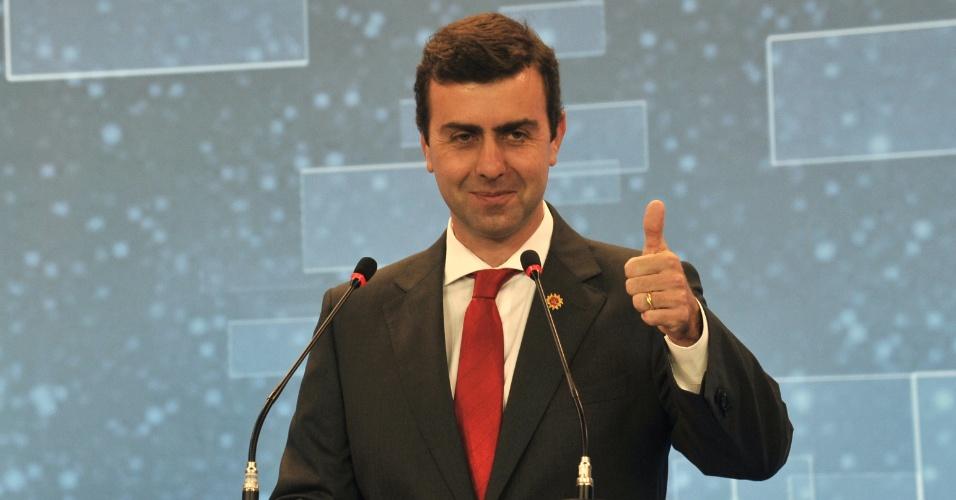 2.ago.2012 - RIO DE JANEIRO - O candidato do PSOL, Marcelo Freixo, sorri e acena durante o debate na capital fluminense