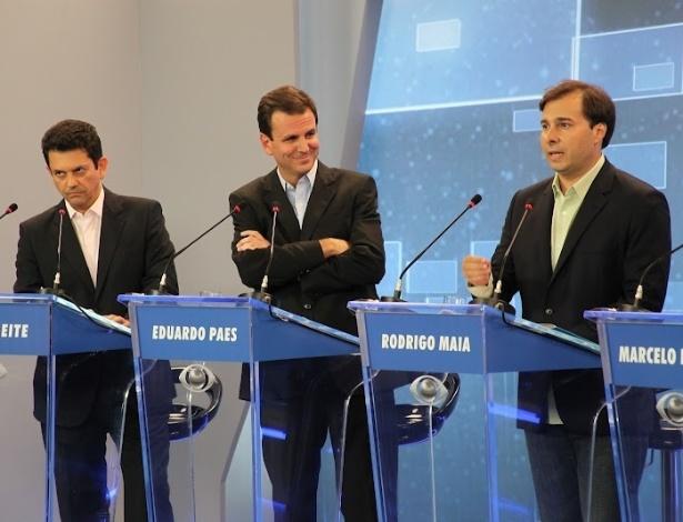 2.ago.2012 - RIO DE JANEIRO: Em outro momento do debate, o prefeito da cidade e candidato à reeleição pelo PMDB, Eduardo Paes, faz cara de deboche durante fala de Rodrigo Maia (DEM)