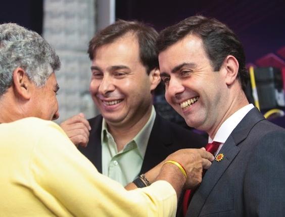 2.ago.2012 -  RIO DE JANEIRO: Em tom humorado, o deputado federal Chico Alencar (PSOL) arruma o nó da gravata de seu companheiro de partido e candidato à Prefeitura da cidade, Marcelo Freixo. O adversário Rodrigo Maia (DEM) acompanha sorridente a cena