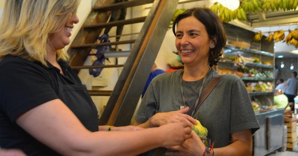3.ago.2012 - A candidata do PPS à Prefeitura de São Paulo, Soninha Francine, fez caminhada nesta sexta-feira pelo mercado da Lapa, na zona oeste da capital