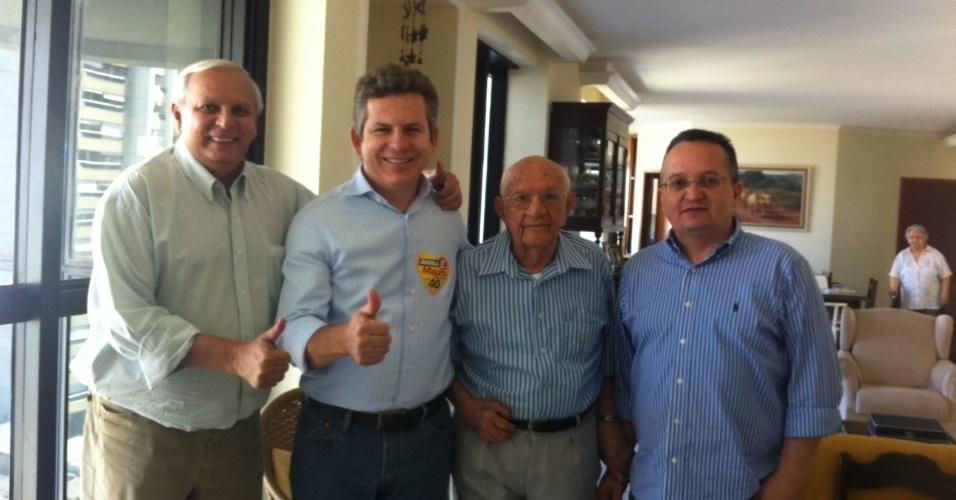 3.ago.2012 - Mauro Mendes (segundo da esquerda para a direita), candidato do PSB à Prefeitura de Cuiabá, visitou nesta sexta-feira o ex-prefeito Aecim Tocantins (terceiro da esquerda para a direita)