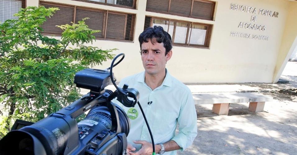 3.ago.2012 - O candidato do PSDB à Prefeitura do Recife, Daniel Coelho, visitou na manhã desta sexta-feira a biblioteca popular de Afogados, onde aproveitou para gravar trecho do programa eleitoral