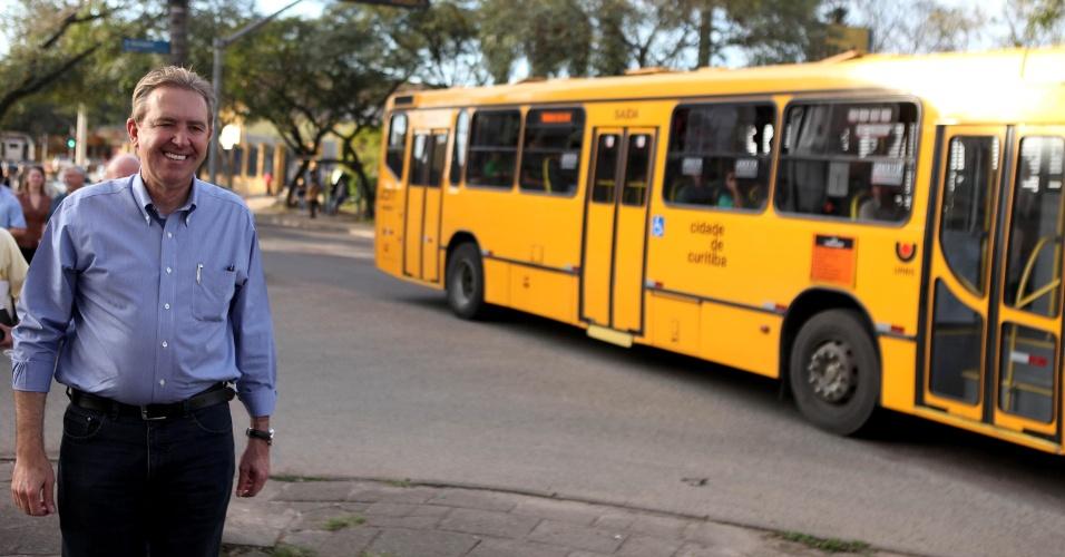 3.ago.2012 - O prefeito de Curitiba e candidato à reeleição pelo PSB, Luciano Ducci, fez campanha no bairro do Pinheirinho, onde anunciou a construção da primeira estação de metrô na capital paranaense