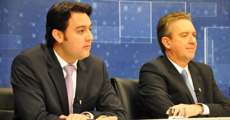 O candidato à Prefeitura de Curitiba pelo PSC, Ratinho Junior (à esq.), e o prefeito e candidato à reeleição pelo PSB, Luciano Ducci (à dir.), participam do debate na TV Band
