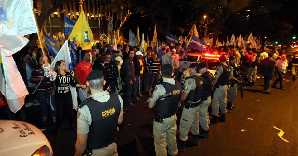 3.ago.2012 - Debate entre candidatos à prefeitura de Belo Horizonte feito pela TV Bandeirantes. Na foto: militantes de Márcio Lacerda