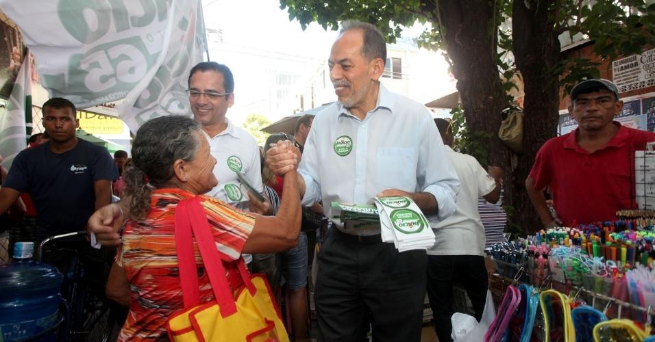4.ago.2012 - O candidato do PC do B a prefeito de Fortaleza, Inácio Arruda (à dir.) fez uma caminhada pela Praça do Ferreira, acompanhado do deputado federal do PC do B por São Paulo, Protógenes Queiroz (à dir)