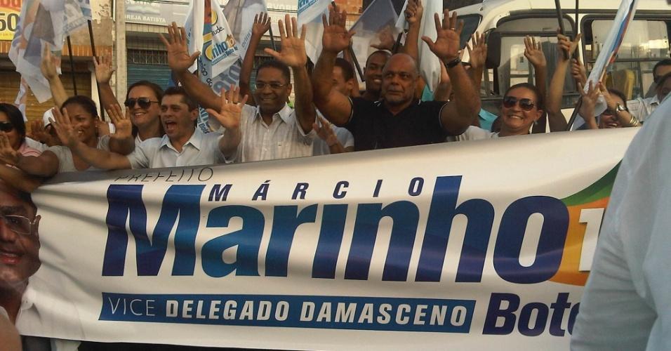 4.ago.2012 - O candidato do PRB à Prefeitura de Salvador, Márcio Marinho (de branco), fez uma caminhada pelo bairro de Pau da Lima, onde seu plano de governo prevê a instalação de uma subprefeitura. Pesquisa Ibope aponta Marinho com 6% das intenções de voto