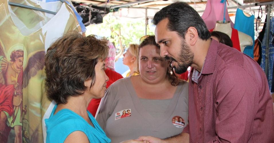 4.ago.2012 - O candidato do PT à Prefeitura de Fortaleza, Elmano de Freitas (à dir.), conversa com comerciantes durante visita à feira da Praça da Estação
