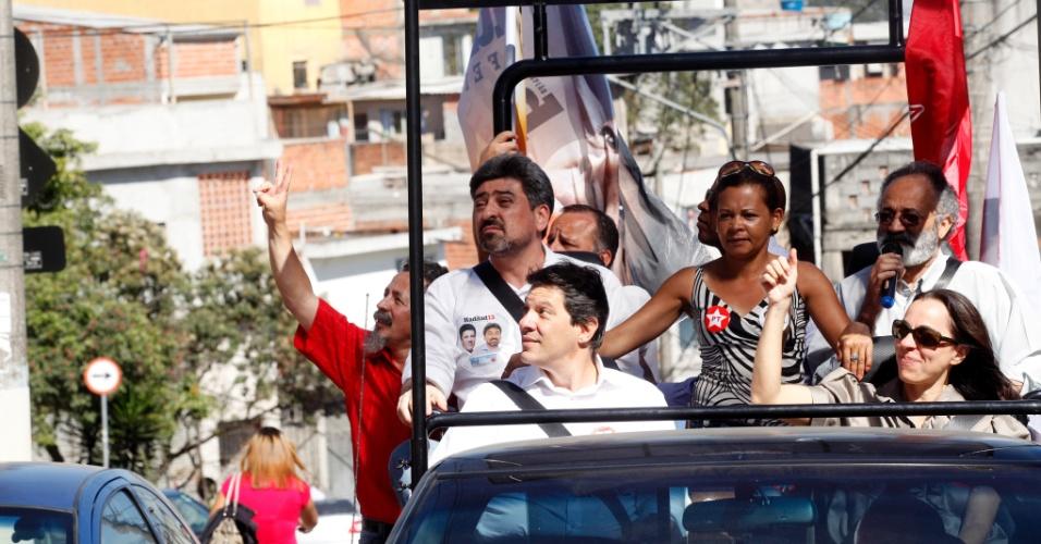 4.ago.2012 - O candidato do PT à Prefeitura de São Paulo, Fernando Haddad (na frente, à esq.), fez uma carreata na zona norte da cidade, no veículo apelidado de Haddadmóvel