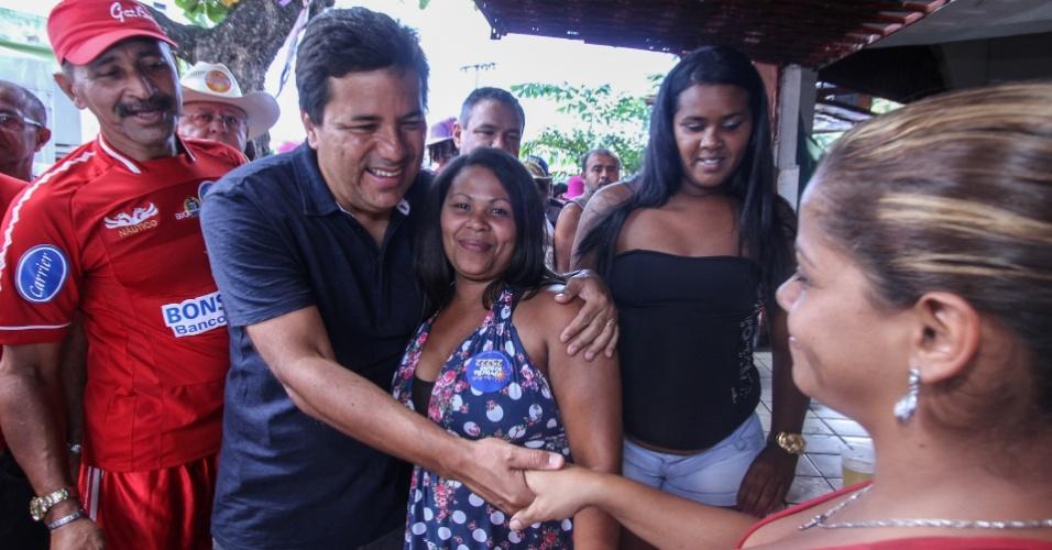 5.ago.2012 - O candidato do DEM à Prefeitura do Recife, Mendonça Filho (à esq.), cumprimenta moradores do bairro Nova Descoberta, durante caminhada de campanha