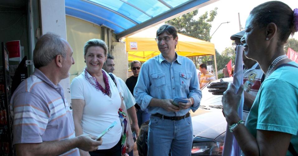 5.ago.2012 - O candidato do PT à Prefeitura de Campinas, Marcio Pochmann (de azul), conversa com moradores da região do Campo Grande, durante caminhada de campanha