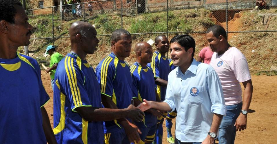 ACM Neto, candidato do DEM à Prefeitura de Salvador, cumprimenta jogadores de um dos times da liga de futebol da comunidade do Bariri, no bairro Engenho Velho de Brotas