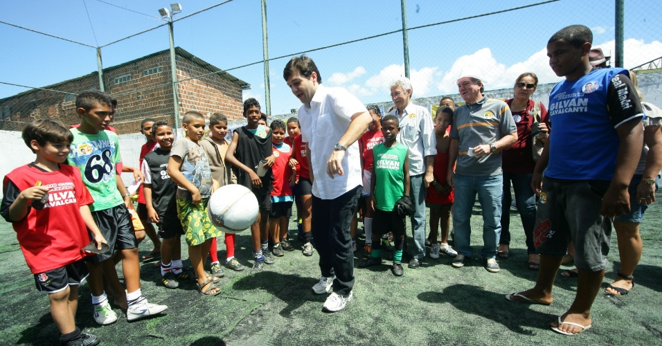 Geraldo Julio (centro), candidato do PSB à Prefeitura do Recife, bate bola com alunos de escolinha de futebol na capital pernambucana