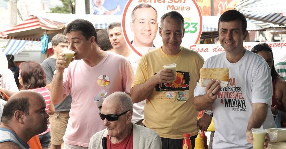 Marcelo Freixo (dir), candidato do PSOL à Prefeitura do Rio, come pastel na feira livre da rua Basílio de Brito, no Cachambi, bairro da zona norte da capital fluminense
