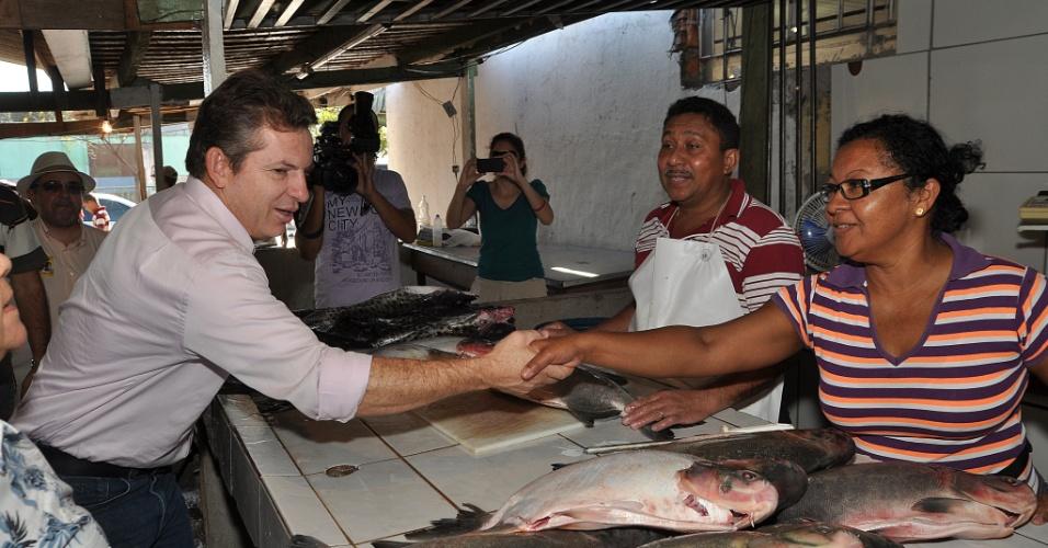 Mauro Mendes, candidato do PSB à Prefeitura de Cuiabá, cumprimenta vendedora de peixe da Feira do Praieiro, na capital do Mato Grosso