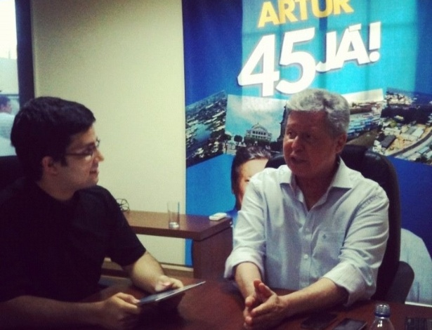 5.ago.2012 - O candidato do PSDB à Prefeitura de Manaus, Arthur Virgílio (à dir.), apresentou suas propostas sobre trasporte e mobilidade urbana em entrevista à equipe do portal