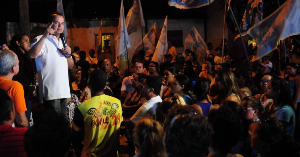 5.ago.2012 - Rogério Marinho, candidato do PSDB à Prefeitura de Natal, discursa para eleitores no bairro de Vale Dourado, zona norte da cidade
