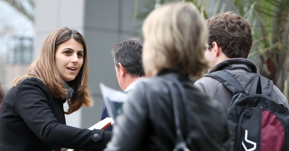 6.ago.2012 - A candidata à prefeitura pelo PC do B, Manuela D' Ávila, fez panfletagem na PUC-RS nesta segunda-feira (6). A visita é uma volta ao seu passado, já que, em 2003, a candidata se formou em jornalismo pela universidade