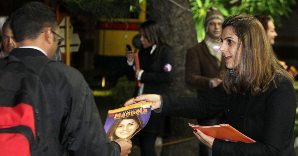 6.ago.2012 - A candidata do PC do B à Prefeitura de Porto Alegre, Manuela D'Ávila, fez panfletagem na madrugada desta segunda-feira em frente à garagem da empresa de ônibus Carris